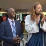 Un pasteur invite un blanc et fait croire à la population qu'il a retrouvé Jésus-Christ sur terre