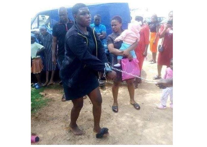 Une femme enchaînée pour avoir volé dans un orphelinat