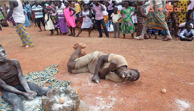 Le cercueil de son voisin le « désigne », des jeunes le tuent à la machette à Kodiossou