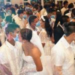 Peur du coronavirus? 220 couples philippins s'embrassent tout en portant des masques faciaux lors d'un mariage de masse parrainé par le gouvernement (photos)