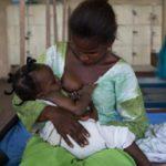 Ouganda les hommes exigent d'être allaités comme leurs enfants