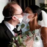 Coronavirus les jeunes mariés s'embrassent en Italie à travers des masques de protection lors de leur mariage (Photos)