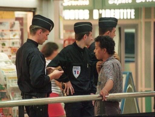 France deux policiers condamnés à de la prison ferme pour l'arrestation illégale d'un migrant