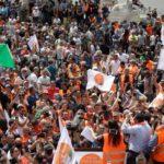 Enragés des Italiens abandonnent leurs masques et dénoncent la pandémie en tant qu'escroquerie