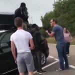 Une famille revient au Royaume-Uni après des vacances en Europe et découvre deux Africains cachés dans la galerie de toit de leur voiture (vidéo)