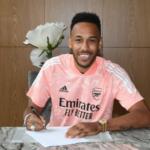 """Pierre-Emerick Aubameyang signe enfin un nouveau contrat de trois ans d'une valeur de """"350000 £ par semaine'' pour rester à Arsenal"""
