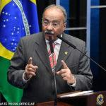 """Un sénateur brésilien accusé d'avoir détourné l'argent du COVID-19 est surpris en train de cacher de l'argent """"entre ses fesses'' lors d'une descente de police à son domicile"""