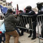 Heurt entre les partisans de Donald Trump et la police pendant qu'ils tentent d'accéder au bâtiment du Capitole américain avant la certification électorale de Joe Biden (photos)