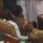 Une député mariée, Mme Ursula Owusu-Ekuful, est confortablement assise sur les genoux d'un député de l'opposition