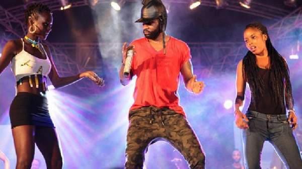 Cameroun : Fally Ipupa reçoit des jets de bouteilles en plein concert et menace