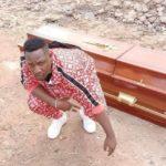 L'artiste Kenyan Japesa achète son propre cercueil en prévision de ses funérailles