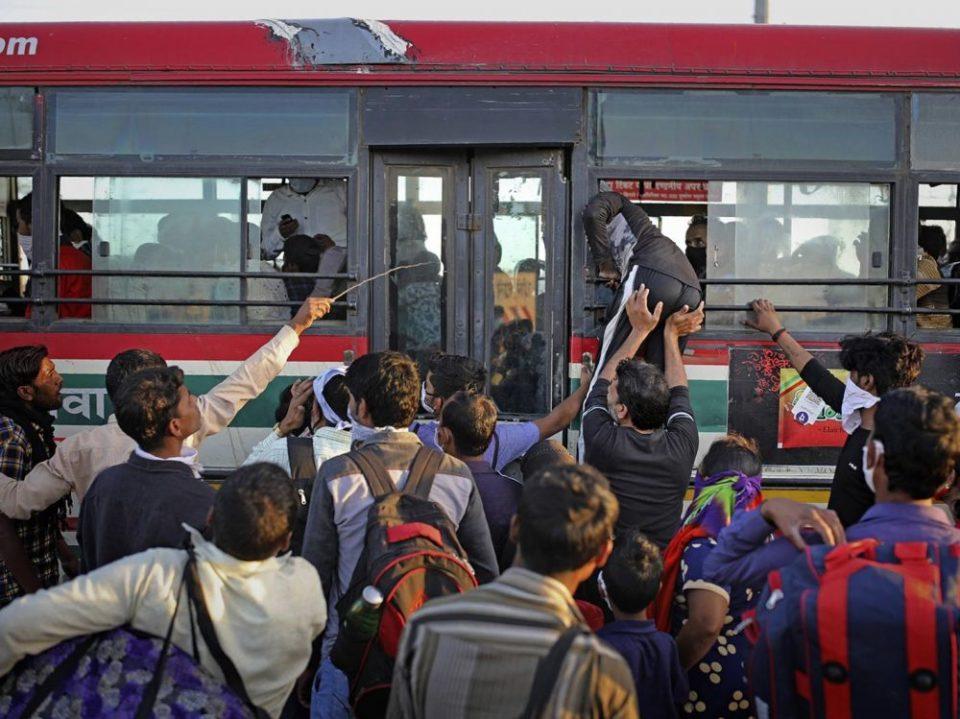 Des dizaines de milliers d'Indiens fuient New Delhi après l'annonce d'un nouveau confinement (vidéo et photos)
